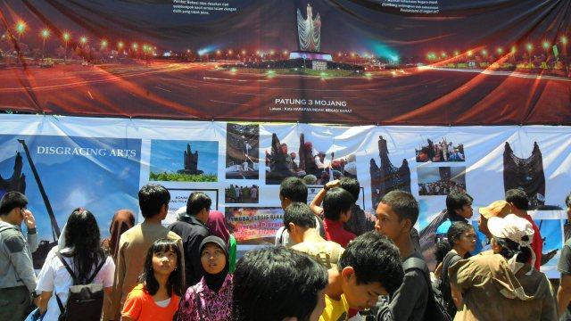 Poster Patung 3 Mojang Yang Dibongkar Oleh Pemda Bekasi
